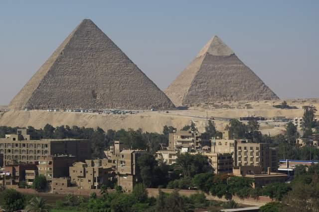 Piramidy, widok z hotelu w Giza
