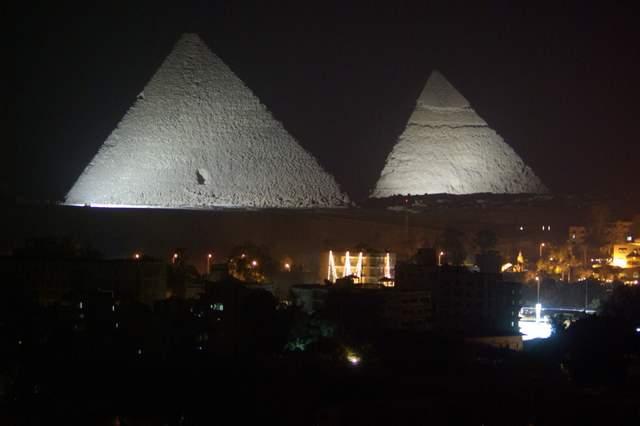 Piramidy nocą, Giza, Kair