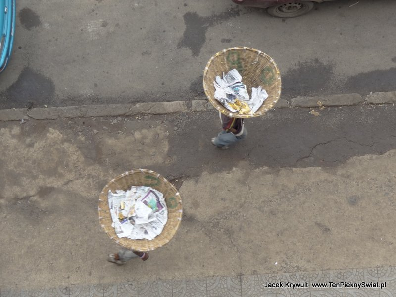 transport na głowie Addis Abeba Etiopia ethiopia