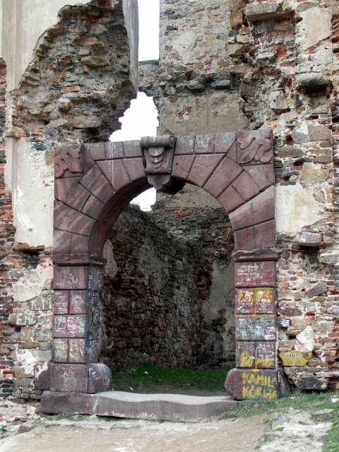 Bodzentyn, zabytkowy portal wejsiowy do zamku