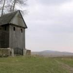 samotna-drewniana-dzwonnica