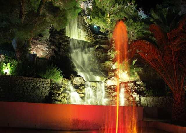 Lutraka, wodospad i fontanna