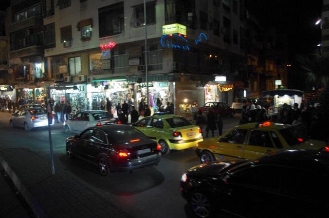 Damaszek, nocą ruch na ulicy, Stolica Syrii