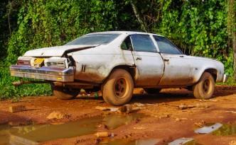 stary amerykański samochód pasujący idealnie do filmu drogi