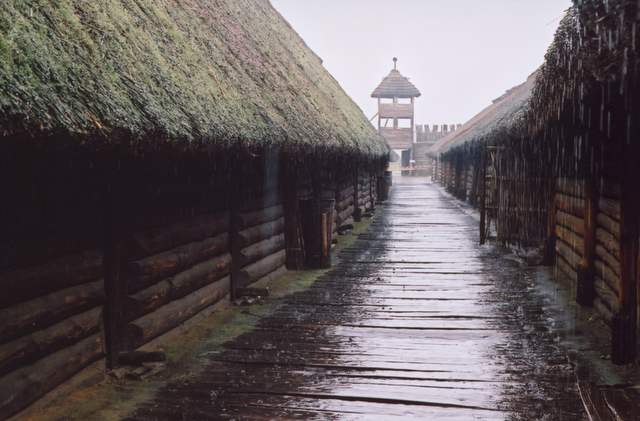 Biskupin w deszczu