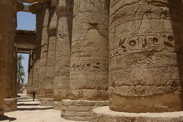 Świątynia w Karkak, kolumny i reliefy