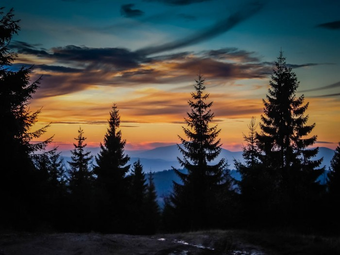 Zachód słońca w Gorcach z widokiem na Babią Górę