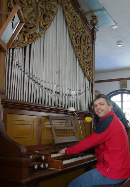 Gra na organach kościelnych, Drewniany kościół w Nowej Bystrzycy