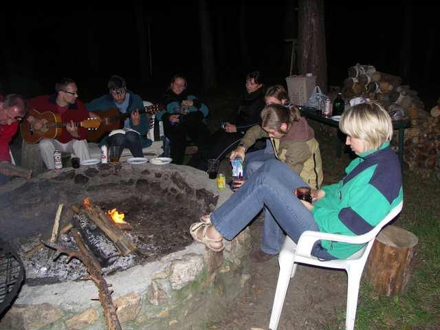 Przy ognisku, przy ognisku, tak siedzimy sobie wszyscy ...