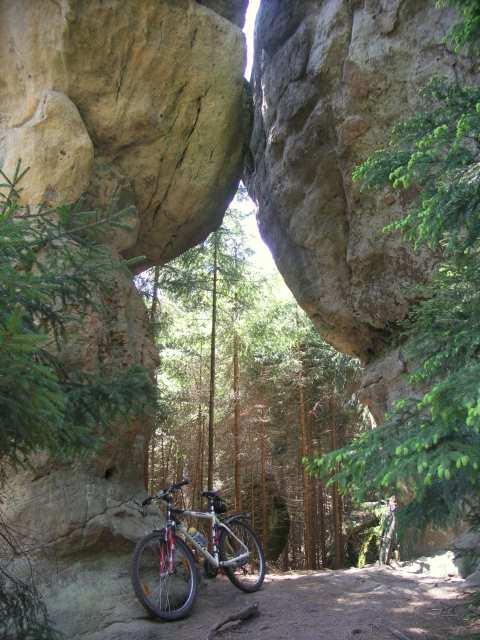 Góry Stołowe, rower w skalnej bramie