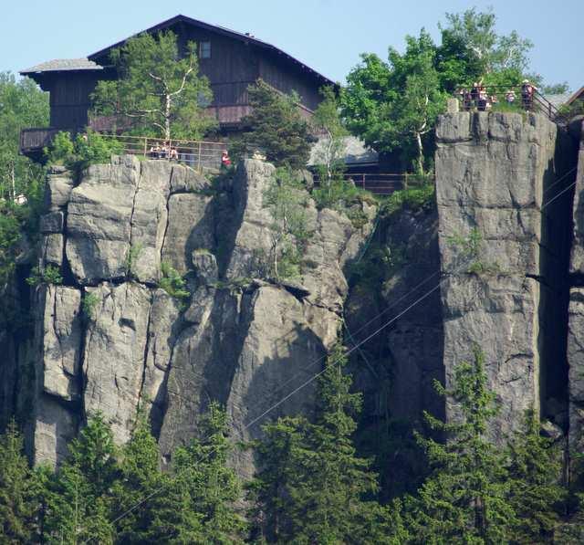 Szczeliniec Wielki, schronisko i skalne ściany