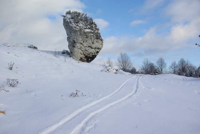 slalom narciarski pomiedzy wapiennymi ostańcami.