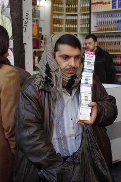 niewidomy sprzedawca papierosów